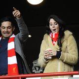 Sängerin Lana Del Rey jubelt mit ein paar Freunden im Stadion von Liverpool beim Premier-League-Match des FC Liverpool gegen die Tottenham Hotspurs.