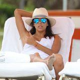 Eva Longoria und Serena Williams genießen einen Tag in Miami Beach und lümmeln sich gemütlich auf die Liegen mit Blick aufs Meer.