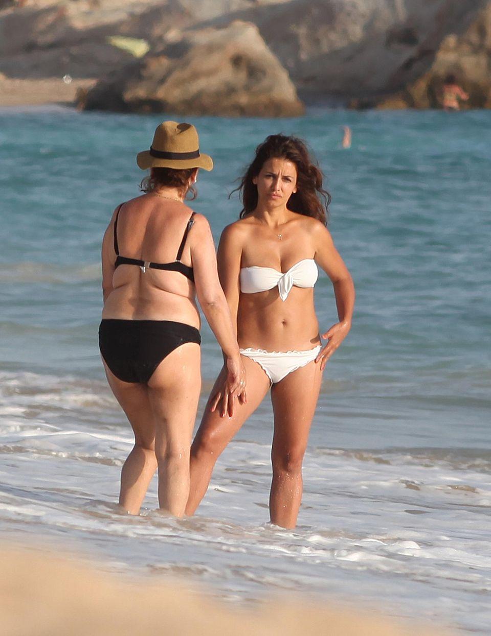 Monica Cruz und ihre Mutter Encarna Sanchez entspannen am Strand in Andalusien.