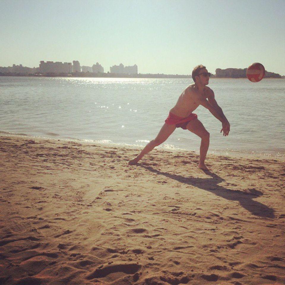 Mario Götze spielt am Strand von Dubai Volleyball, seine zweite große Leidenschaft.