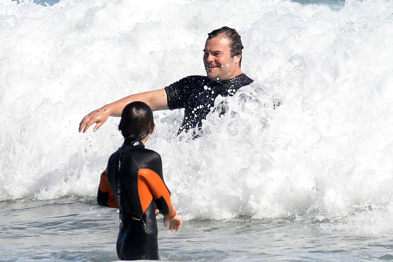 Auch Jack Black macht mit seiner Familie in Malibu Urlaub und wirft sich in die Wellen.