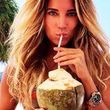 Sylvie Meis genießt am Strand von Thailand kühle Kokusnussmilch direkt aus der Frucht.