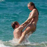 """""""Hunger Games""""-Star Sam Claflin wirft seine Frau Laura Haddock in die Wellen. Das Schauspieler-Paar macht Urlaub auf Hawaii."""
