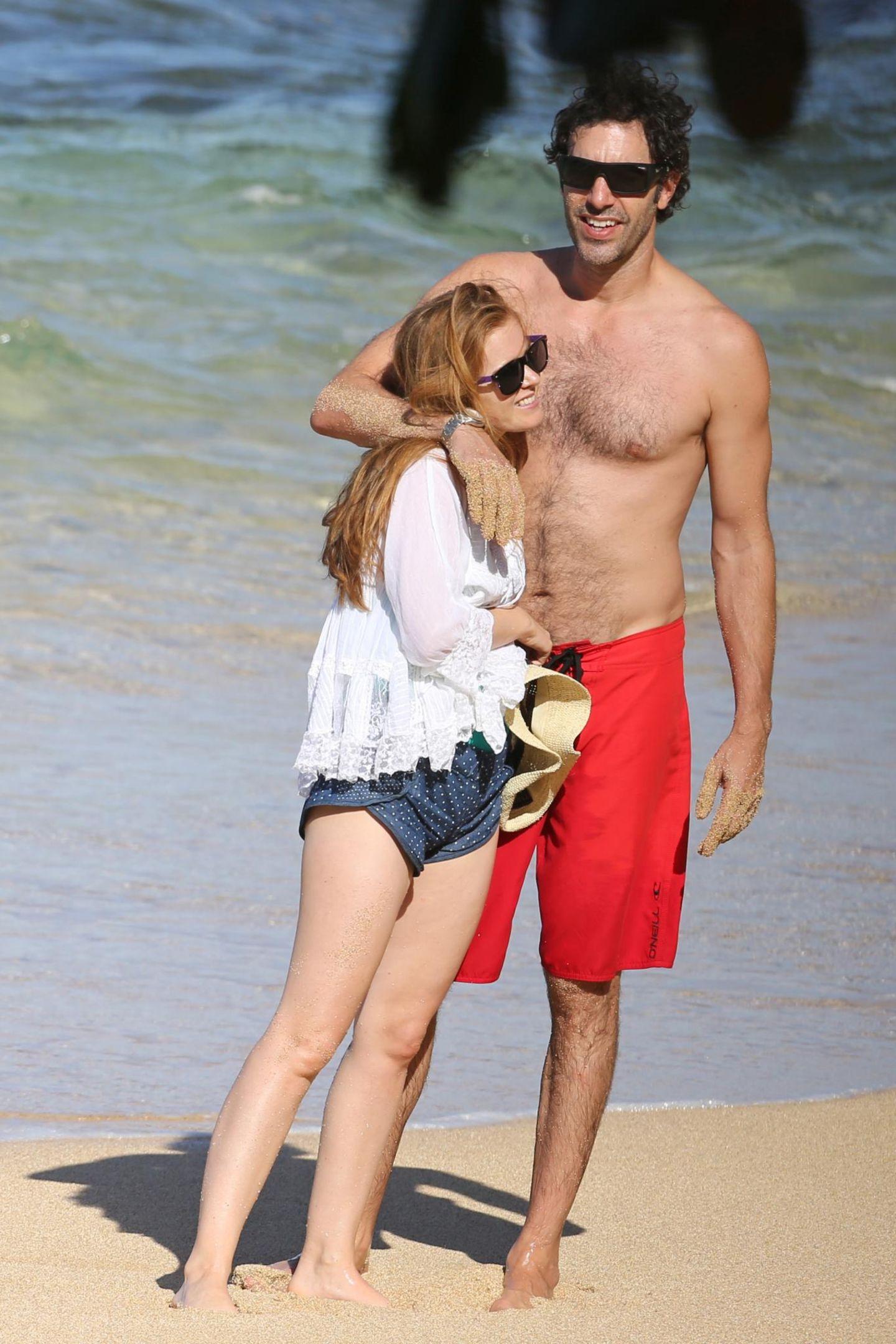 Isla Fisher und Sacha Baron Cohen genießen einen Strandtag auf Hawaii.