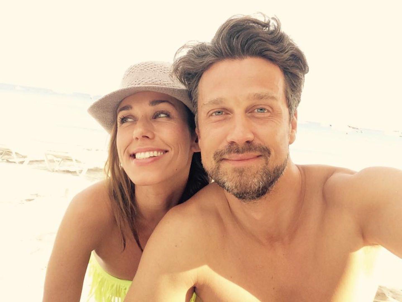 Annemarie und Wayne Carpendale lassen es sich bei bestem Wetter am Strand gut gehen.
