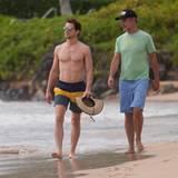 Matt Bomer und Ehemann Simon Halls spazieren zusammen am Strand von Hawaii.