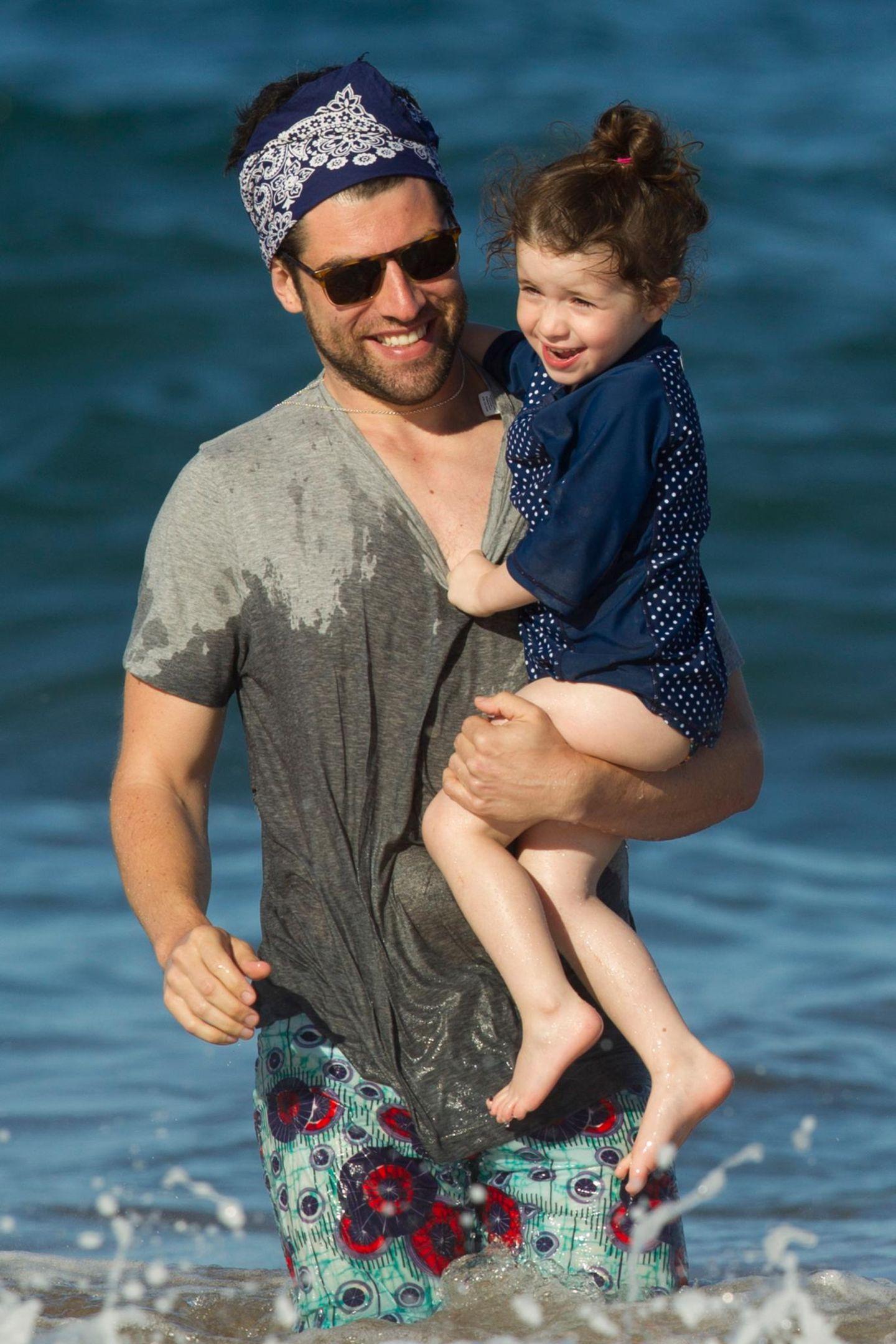 """""""New Girls""""-Star Max Greenfield ist mit seiner Familie über die Feiertage auf Hawaii und genießt die gemeinsame Zeit mit seiner Tochter Lilly."""