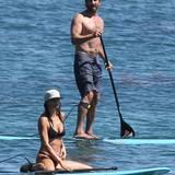 Gerard Butler und seine neue Freundin machen Stand-Up-Paddling in Malibu.