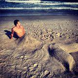 """Clint Eastwoods Sohn Scott Eastwood zeigt sich als sexy Wassermann am Strand. Zu dem Foto schreibt der Schauspieler bei Instagram: """"Hier gibt es nichts zu sehen. Nur irgendein Wassermann am Strand. #kleineMeerjungfrau #EsistfüreineRolle #Ichversprechees #Charakterstudie."""""""