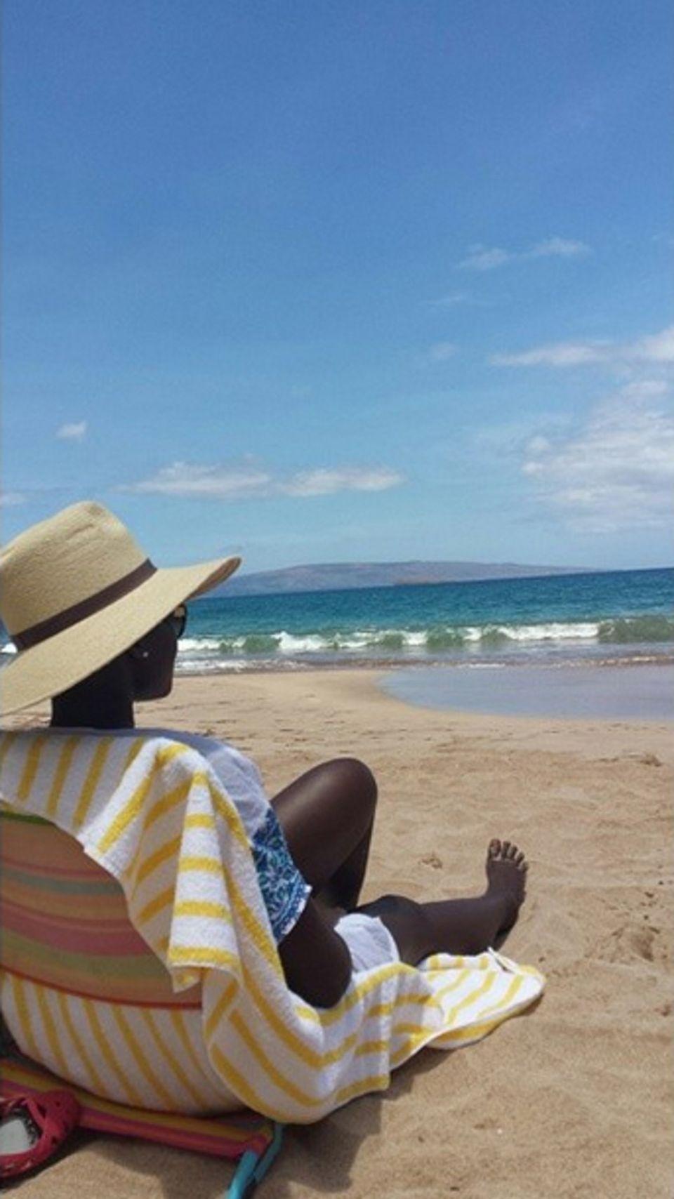 Lupita Nyong'o entspannt am Strand von Hawaii. Sie ist allerdings nicht nur zum Vergnügen da, sondern besucht das Maui Film Festival.