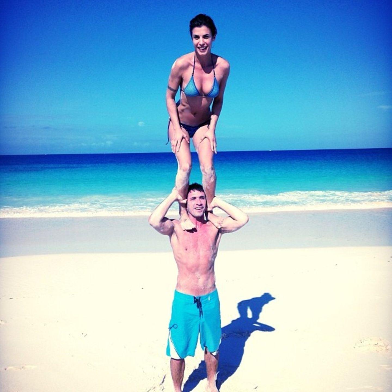 Elisabetta Canalis und ihr Freund machen Feiertagsurlaub auf den Bahamas und haben dabei akrobatisch Spaß.