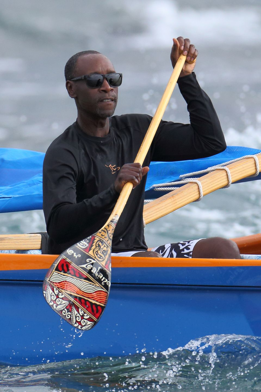 Don Cheadle verbringt die Feiertage mit seiner Familie auf Hawaii und macht eine Kanutour.