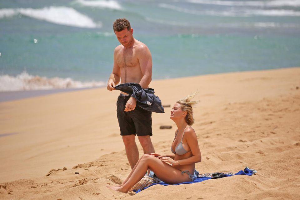 Sam Worthington und Lara Bingle machen Urlaub auf Hawaii und haben einen windigen Tag für den Strandbesuch gewählt.