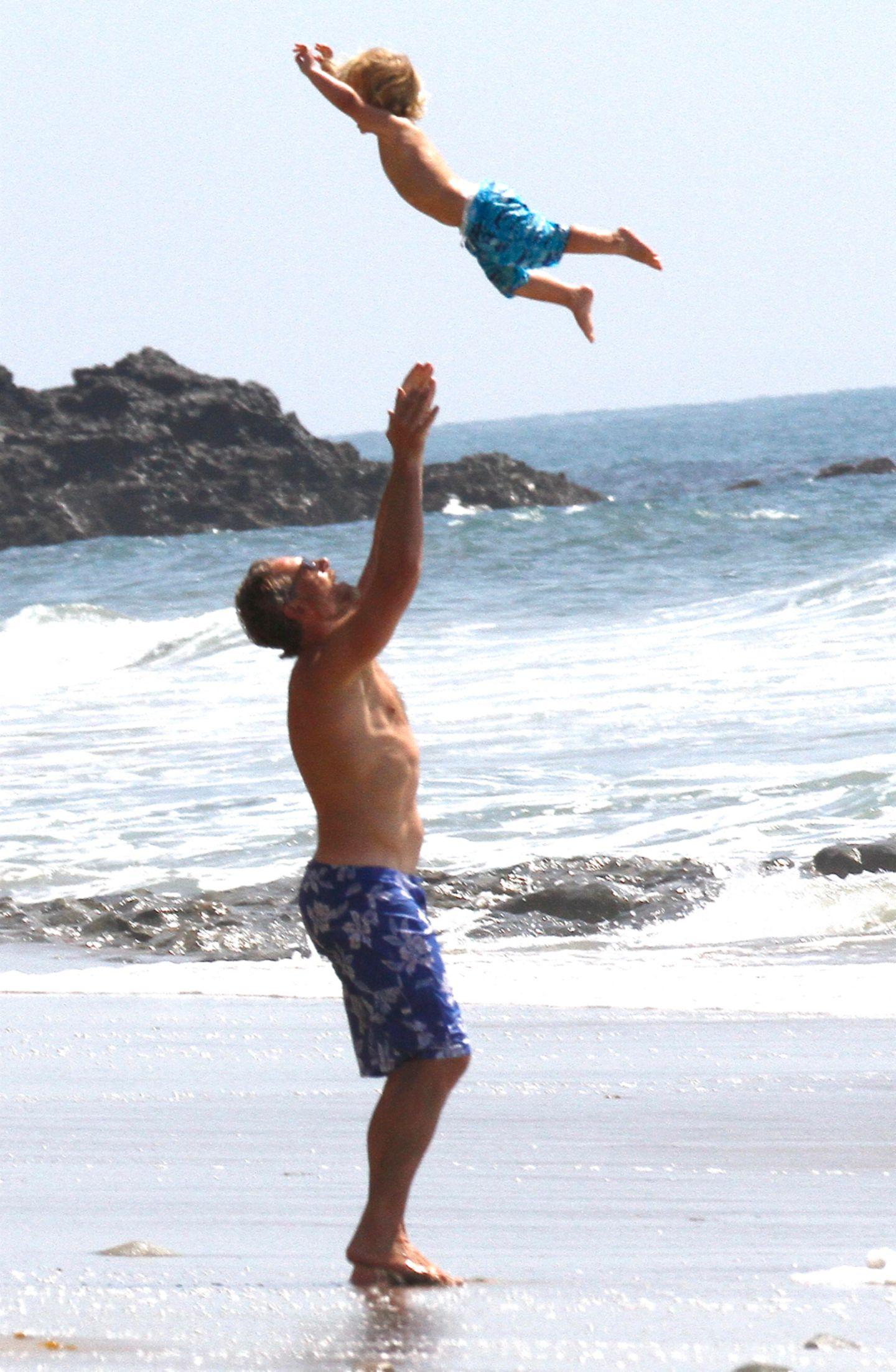 Am Strand von Santa Monica verbringen Eric Johnson und Sohn Ace einen Tag unter Männern. Im Partnerlook und ordentlich Spaß, gönnten die zwei sich eine Auszeit.