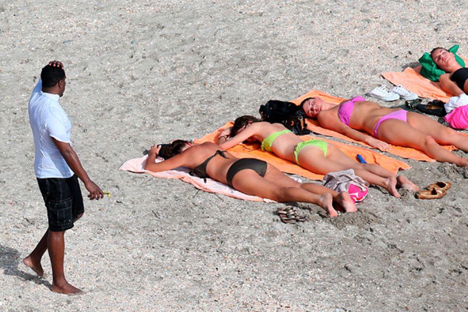26. Dezember 2012: Ganz ungeniert betrachtet P. Diddy die schlafenden Bikinischönheiten am Strand von Gustavia auf St. Barth.