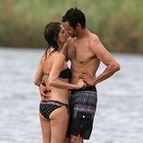Schauspielerin Kristen Wiig und ihr Freund Avi Rothman genießen den Strandtag auf Hawaii. Frisch verliebt suchen sie immer wieder Körperkontakt und küssen sich bei jeder Gelegenheit.