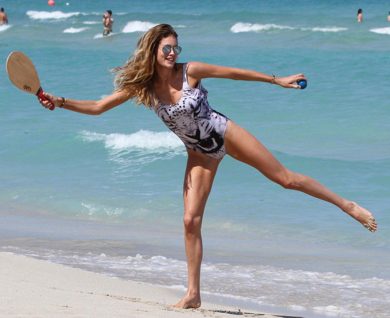 Am Miami Beach präsentiert uns Topmodel Doutzen Kroes ihre Traumfigur in einem feschen Badeanzug.