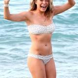 LeAnn Rimes hat am Strand von Hawaii im weiß-grauen Bustier-Bikini ihren Bade-Spaß.
