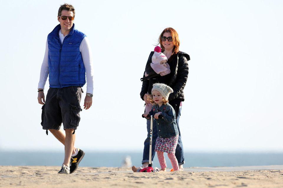 Alyson Hannigan macht mit ihrer Familie in Santa Monica einen langen Strandspaziergang.