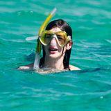 Anne Hathaway urlaubt auf Formentera und sieht sich die Unterwasserwelt beim Schnorcheln an.