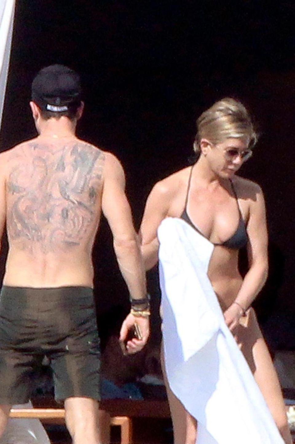 Jennifer Aniston und ihr Verlobter Justin Theroux machen Urlaub in Los Cabos, Mexico. Mit dabei ist auch Jennifers beste Freundin Courteney Cox.