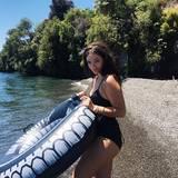 """Die Neuseeländerin Lorde geht mit ihrem Schwimmring in ihrer Heimat im """"Lake Taupo"""" schwimmen."""
