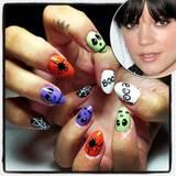 """BOO! Lily Allen """"erschreckt"""" ihre Twitter-Anhänger zu Halloween mit schaurig-schönen Nägeln."""