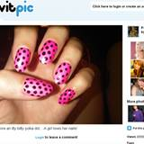 Katy Perry trägt ihre knallpinkfarbenen Fingernägel für ein Fotoshotting mit schwarzen Punkten verziert.