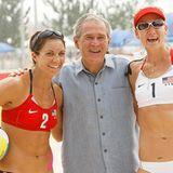 Präsident Bush unterstützt natürlich auch sehr gern das amerikanische Beach-Volleyball-Team