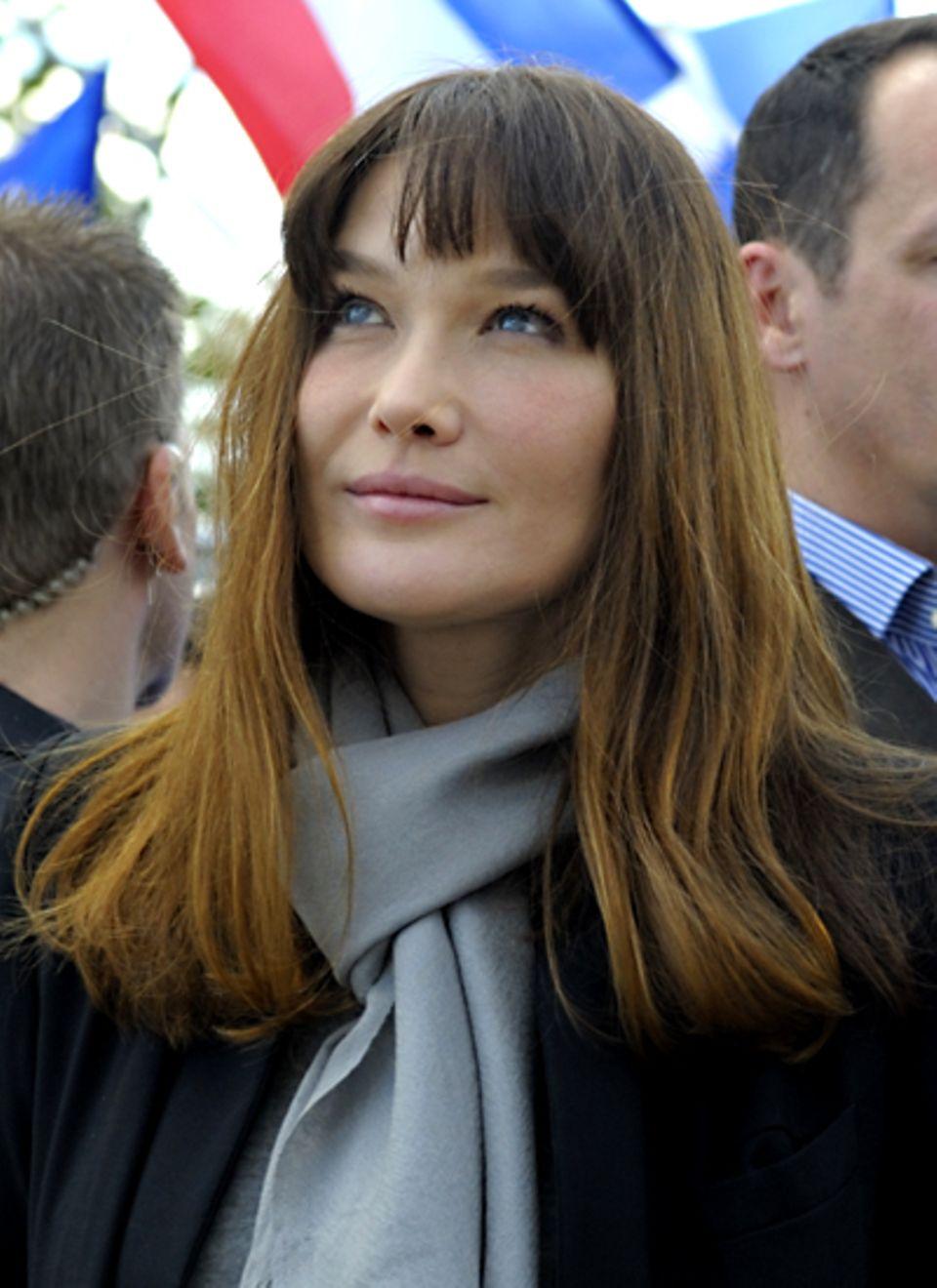 Carla Bruni-Sarkozy ist schon Pony-Profi. Ob sie aber ihre Haare dieses Mal zur Verdeckung ihrer neuerdings doch sehr glatten St