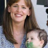 """Dreifach-Mama Jennifer Garner zeigt sich bei den Dreharbeiten zu """"Woodland Hilld"""" mit einem teils grünen Filmbaby und schickem, seitlich gekämmten Pony."""