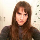 Schauspielerin Allison Williams postet auf Instagram ihren neuen, kurzen Pony. Der fransige Look lässt ihre großen, blauen Augen noch mehr hervorstechen.