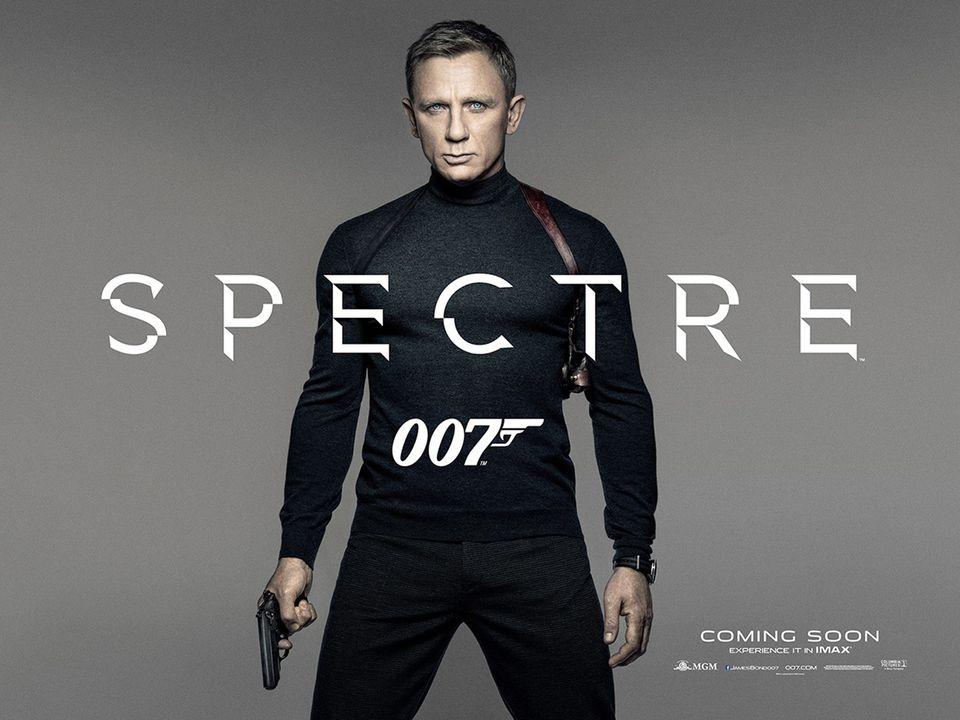 """Die klassischen Bond-Anzüge stehen Daniel Craig zwar auch, richtig zum Dahinschmelzen ist aber erst der lässig-schwarze Look mit engem Rollkragen-Pullover unterm Pistolenhalfter. Mehr als diesen Look und Craigs durchdringendem Blick braucht es auch nicht für das offizielle Teaser-Poster des neuen Bond-Streifens """"Spectre""""."""