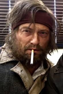 """Die sind aber alt geworden! Bei den Dreharbeiten zu ihrem neuen Film """"Vier gegen die Bank"""" bekommen wir einen kleinen Vorgeschmack darauf, wie Til Schweiger und Jan Josef Liefers als rauchend, rüstiges Alt-Herren-Duo aussehen könnte."""