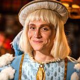 """Zum Verlieben! Einen ganz besonders charmanten Eindruck macht Matthias Schweighöfer in seiner Verkleidung als Prinz Charming in """"Bibi und Tina - Der Film"""", der am 25. 12 in die deutschen Kinos kommt. Das amüsante Bild postete der Schauspieler auf seiner Facebook-Seite."""