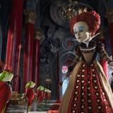 Die rote Herzkönigin spricht mit ihren Dienern.