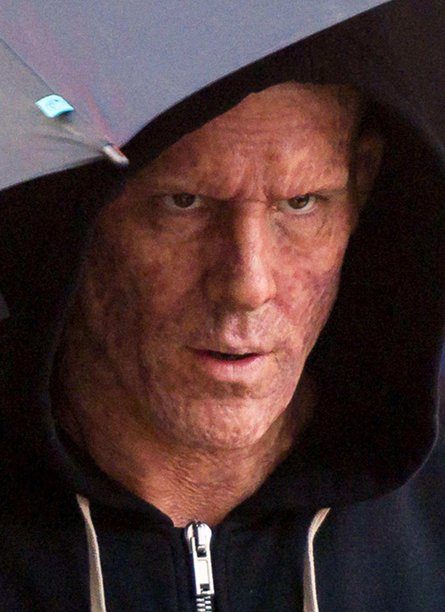"""Hätten Sie ihn erkannt? Ryan Reynolds, der die Rolle des """"Deadpool"""" übernommen hat, kann bei Dreharbeiten in Vancouver nicht verbergen, wie gruselig verbrannt es unter der Maske des Marvel-Superhelden aussieht. Eine Meisterleistung der Maskenbildner."""