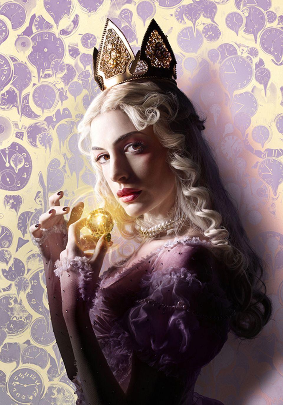 """Anne Hathaway als weiße Königin in """"Alice Through The Looking Glass"""" (OT), dem zweiten Teil von """"Alice im Wunderland"""". Der von Tim Burton produzierte FIlm kommt am 26.05.2016 in die deutschen Kinos."""