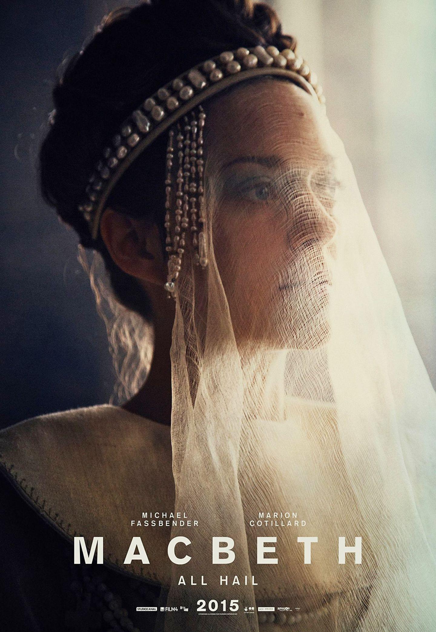 """Marion Cotillard spielt in der Verfilmung des Klassikers von William Shakespeare die durchtriebene und skrupellose """"Lady Macbeth"""". Auch wenn sie Weiß trägt, täuschen die Kleider nicht über ihre wahren Machenschaften hinweg."""