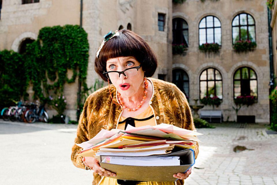 """Katharina Thalbach in """"Hanni & Nanni 2"""": Die Schauspielerin mimt in dem Jugendfilm die Aushilfs-Direktorin Mademoiselle Bertoux."""