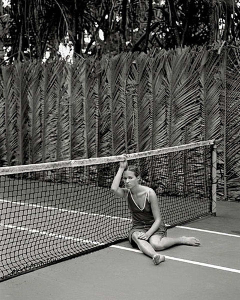 Franka Potente zeigt sich erschöpft am Tennisnetz