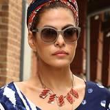 """An das """"Dolce Vita"""" Italiens erinnert Eva Mendes mit ihrem Haarband, das sie ähnlich einem Turban um den Kopf gewickelt trägt."""