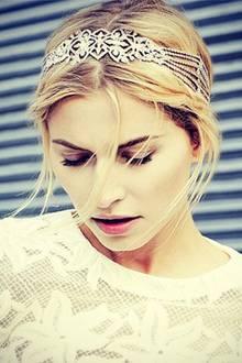 Schön wie eine Prinzessin präsentiert sich Lena Gercke ihren Instagram-Followern mit dem romantischen, strassbesetzten Haarband.