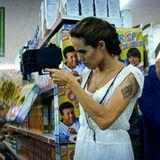Fox (Angelina Jolie) kommt gerade noch rechtzeitig in den Supermarkt, um Wes zu retten