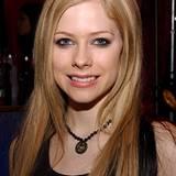 Avril Lavigne trägt die Perlenkette zu einem schwarzen Tanktop