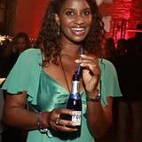 In Champagner-Laune war die radikal erschlankte Liz Baffoe und strahlte in ihrem grünen Lieblingskleid mit POP von Pommery
