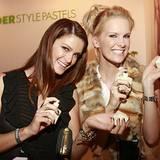 """Monica Ivancan (r.) mit Schwester Miriam in der """"Jil Sander Style Pastels Lounge"""""""