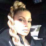 Eher gekordelt als geflochten, aber sehr eindrucksvoll ist die Frisur, die Fergie auf ihrem Twitter-Account präsentiert.