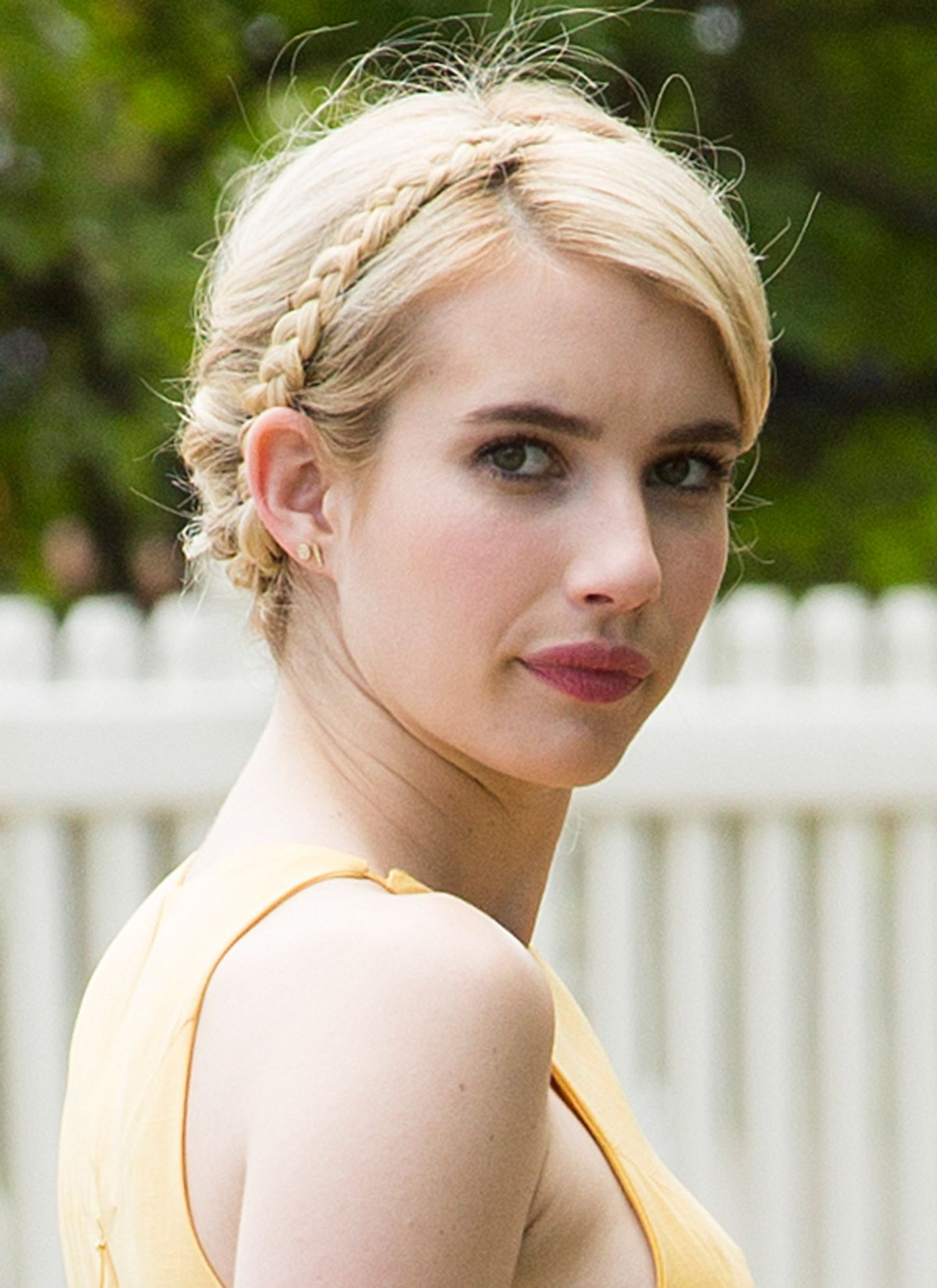 Sommerblonde Haare umrandet von einem geflochtenen Kranz: Diese Frisur steht nicht nur Emma Roberts großartig.