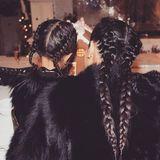 Falls Sie die beiden nicht schon gleich erkannt haben, Kim Kardashian und ihre süße Tochter North tragen zum Weihnachtsfest die gleiche, tolle Flechtfrisur mit Zöpfen und Zöpfchen. Niedlich!